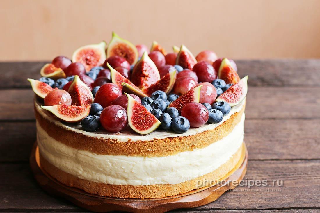 Бисквит с муссом и фруктами