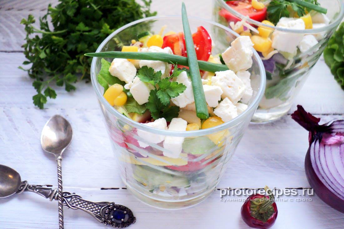 Салат из свежих овощей и яблока
