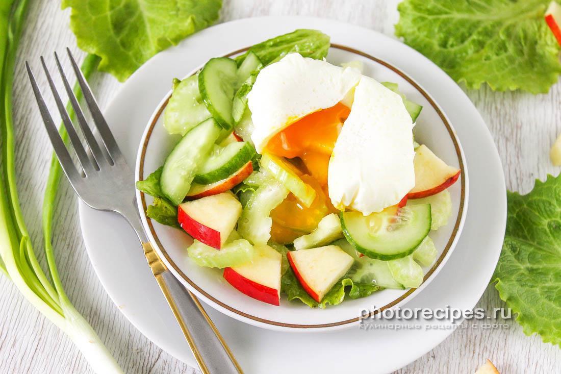 Салат с сельдереем и яйцом-пашот