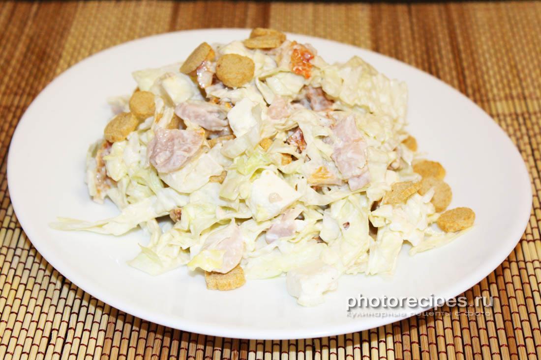 Салат c пекинской капустой, копченой курицей и сухариками