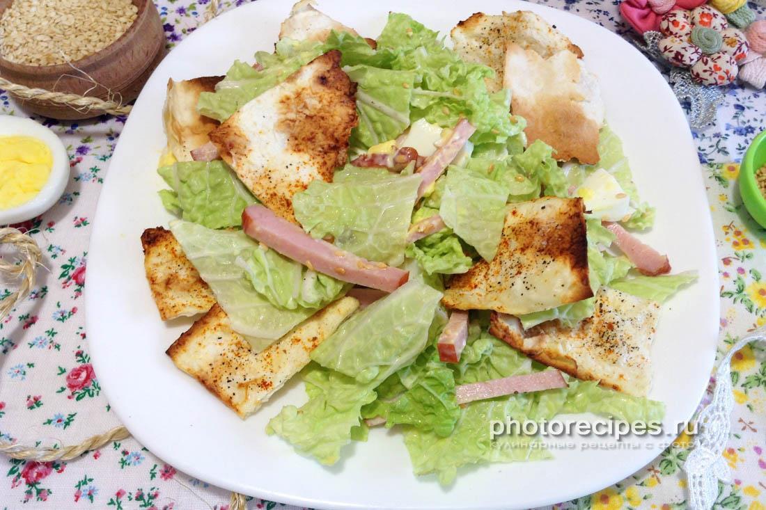 Салат с пекинской капустой копченым балыком и домашними чипсами