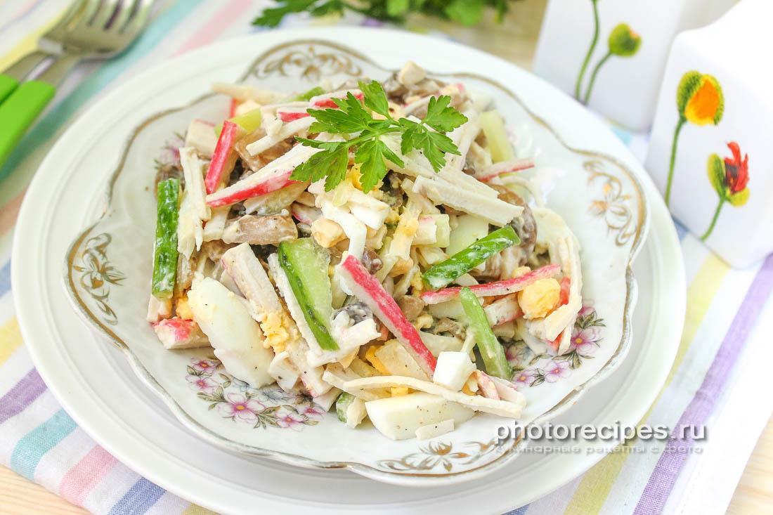 Салат с жареными грибами, огурцом и крабовыми палочками